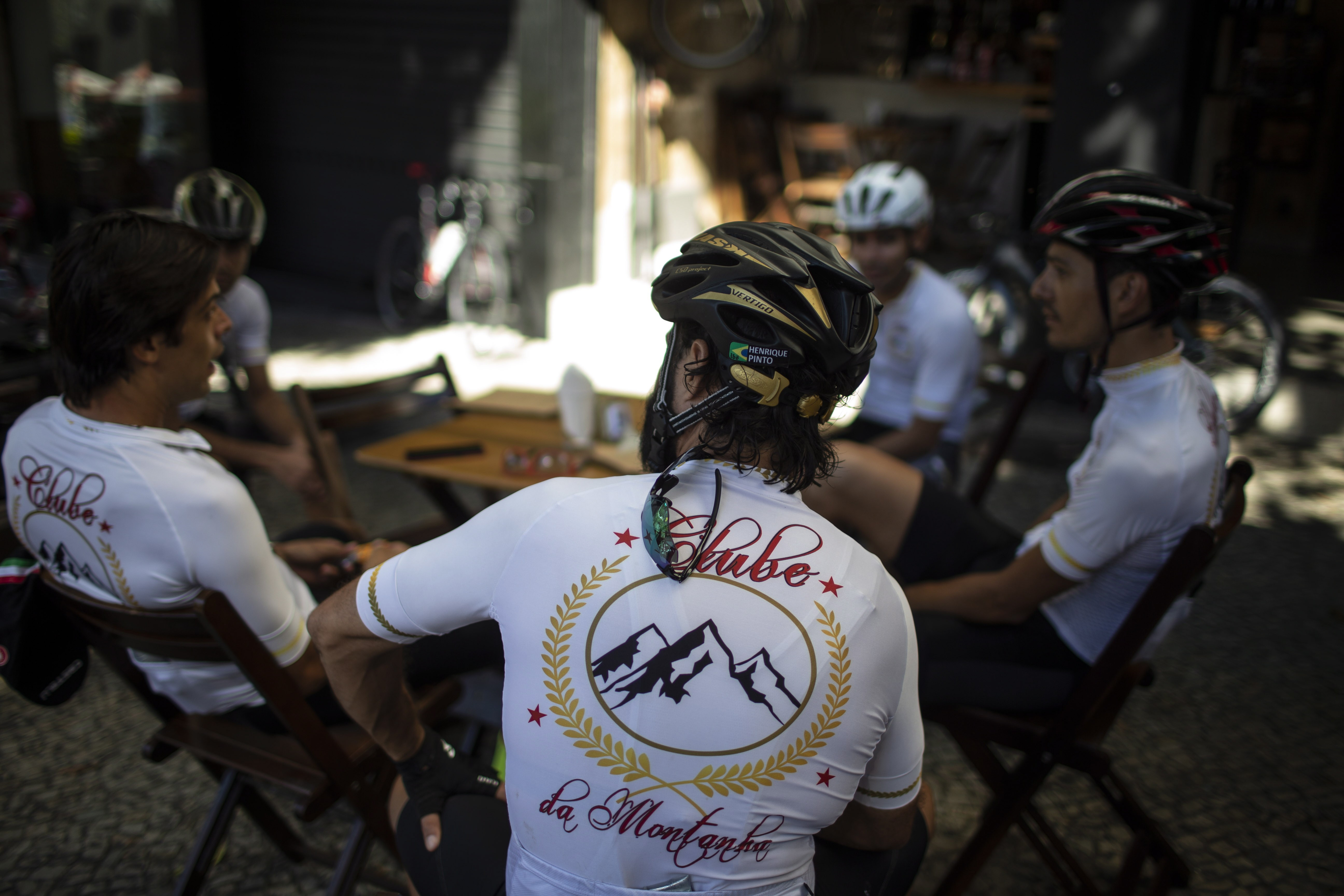 O momento deles. Parte do Clube da Montanha que une 27 amantes do ciclismo amador; não aceitam mulheres nem quem não acompanha as pedaladas de longa distância pela cidade
