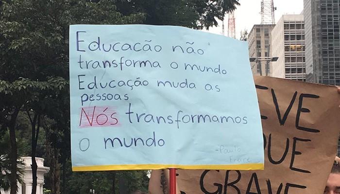 Cartaz durante manifestação convocada por estudantes no dia 15 de maio (Foto: Carina Brito)
