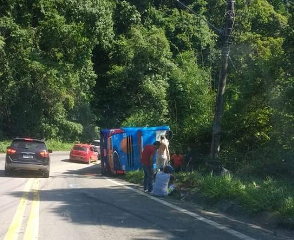 Ônibus tombou na Rio-Santos em São Sebastião — Foto: Reprodução/ Facebook Prefeitura São Sebastião