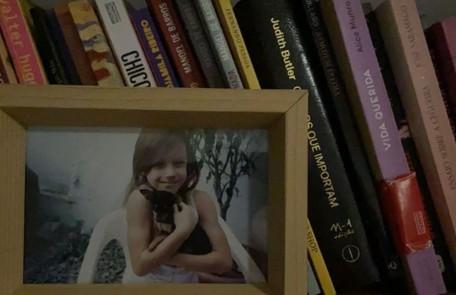 Detalhe da decoração da estante de livro com uma foto da atriz quando criança Reprodução