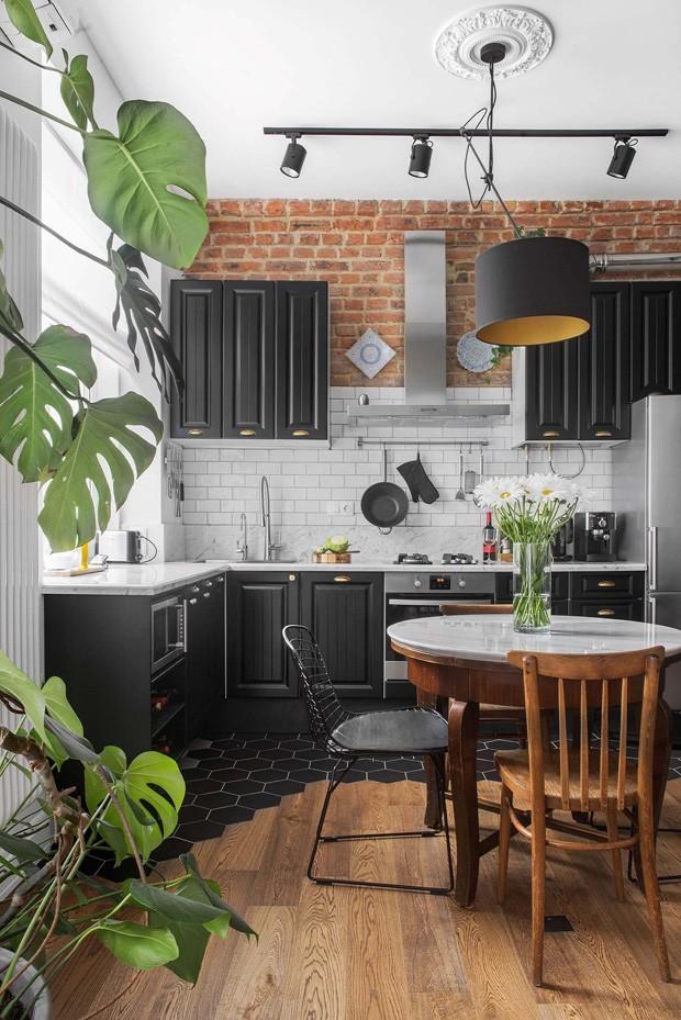 Décor do dia cozinha aconchegante com parede de tijolinhos e plantas (Foto: Divulgação)