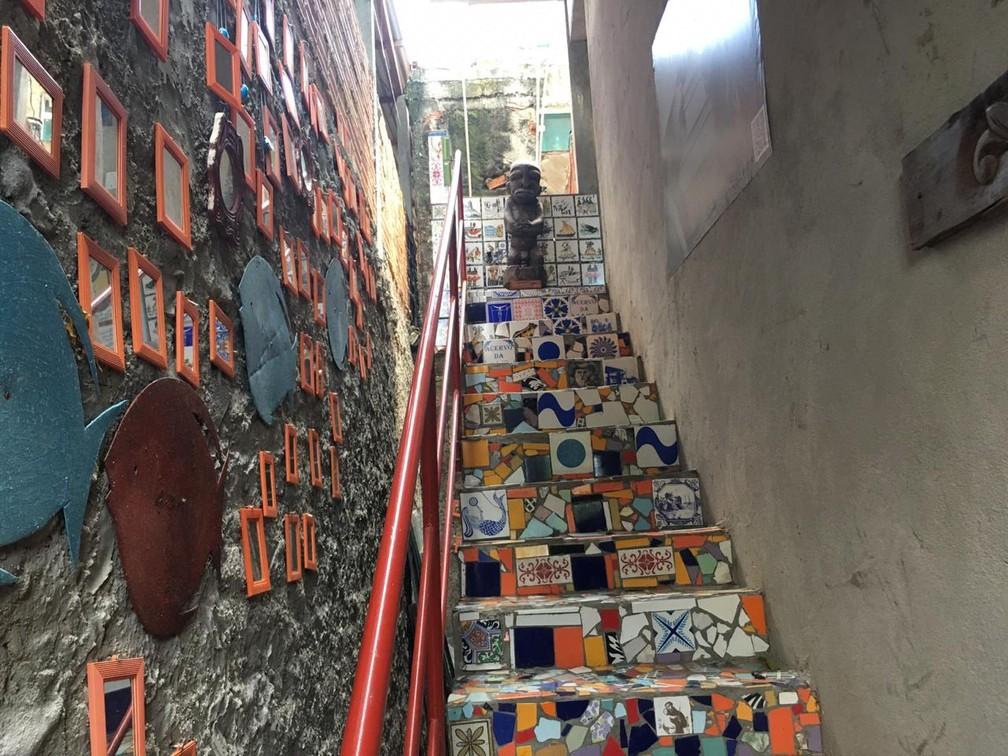 Escadas com azulejos de artistas do subúrbio ferroviário de Salvador — Foto: João Souza/G1