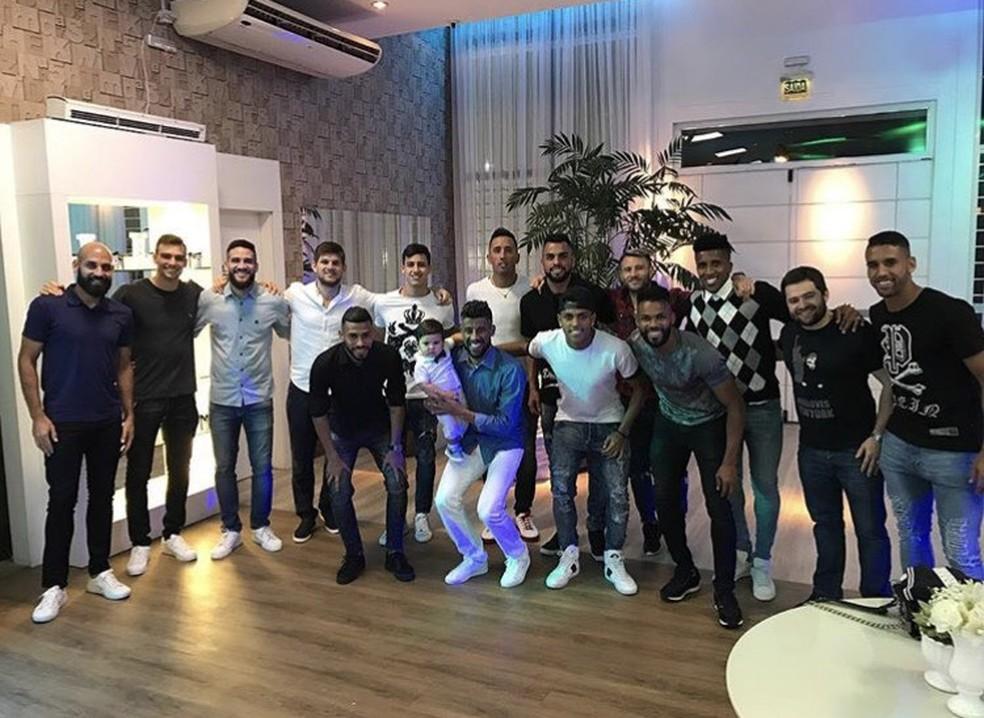 Jogadores em aniversário do filho de Léo Moura (Foto: Reprodução/Instagram)