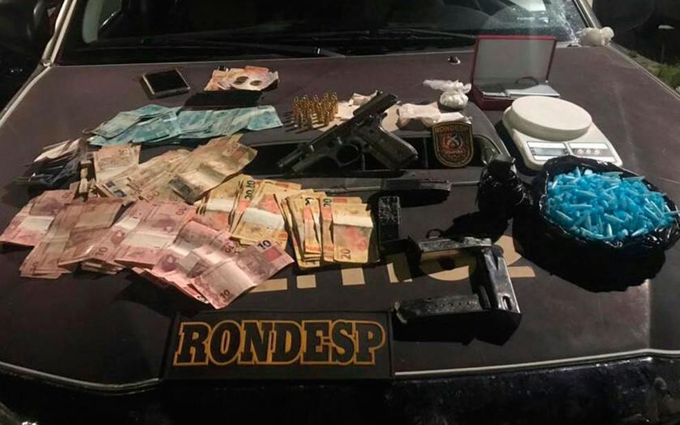 Armas e drogas estavam dentro de mochila do casal, diz polícia (Foto: Divulgação / SSP)