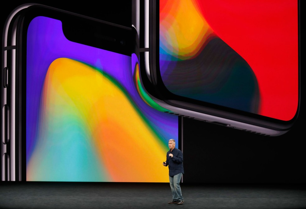 O iPhone x é apresentado pelo vice-presidente senior de marketing global da apple, Phil Schiller, em evento em Cupertino, na Califórnia (Foto: Stephen Lam/Reuters)