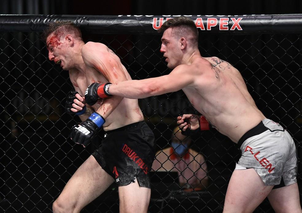 Brendan Allen acerta um cruzado em Kyle Daukaus no UFC: Poirier x Hooker — Foto: Getty Images