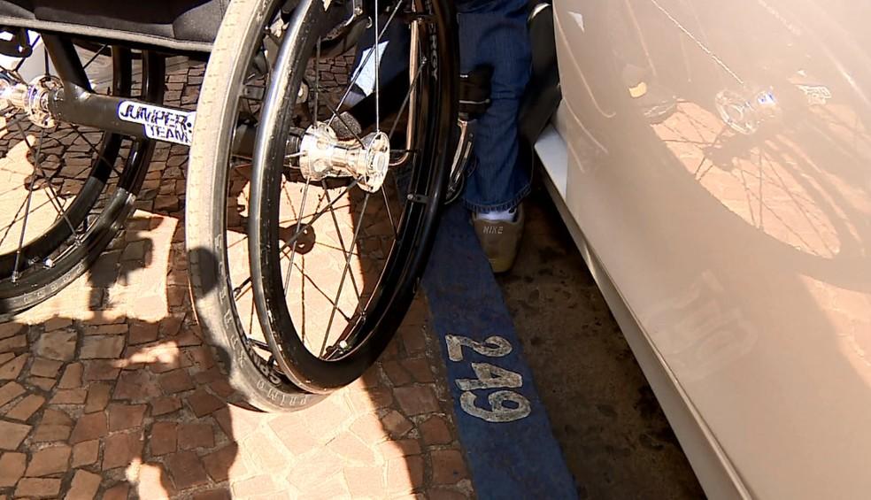 Hebert Nagy Cardoso tem dificuldade para descer do carro (Foto: Ronaldo Oliveira/EPTV)