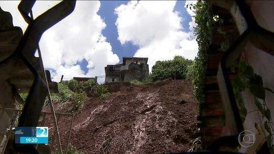 Deslizamento de terra em Francisco Morato deixa desalojados