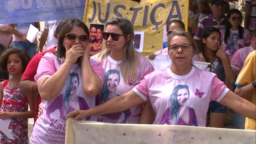 Familiares, amigos e moradores de Parnamirim foram até a frente do fórum para pedir justiça (Foto: TV Grande Rio)