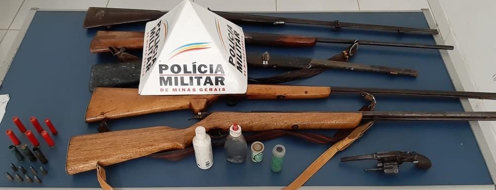 Revolver e espingardas foram levadas para a delegacia da cidade — Foto: Polícia Militar/Divulgação