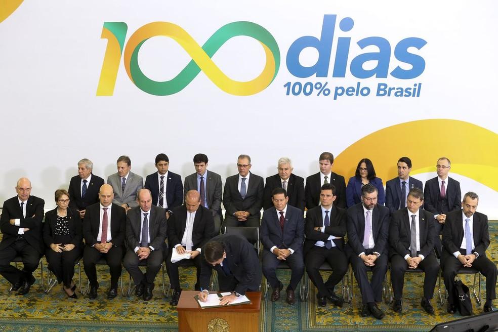 Bolsonaro assina medidas relacionadas às metas dos 100 dias — Foto: Antonio Cruz/ Agência Brasil