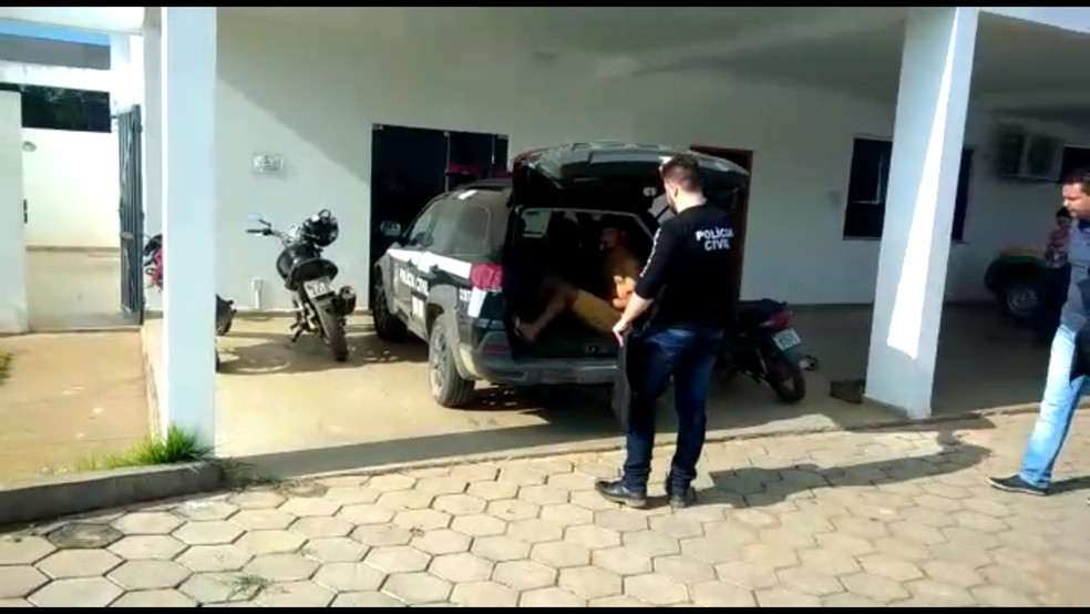 Suspeitos foram levados pra delegacia em Jaru — Foto: Jaru Online/Reprodução