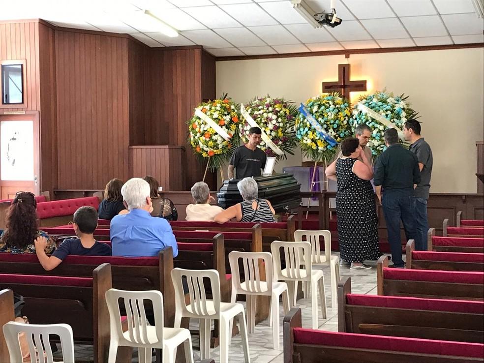 Familiares e amigos prestam homenagens ao tenente-coronel na Igreja Metodista em São José, SP — Foto: Pedro Melo/ TV Vanguarda