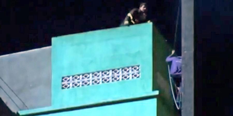 Bombeiros tentam resgatar Tatuagem (de camiseta azul) segundos antes de o edifício em chamas desmoronar (Foto: REPRODUÇÃO TV GLOBO)