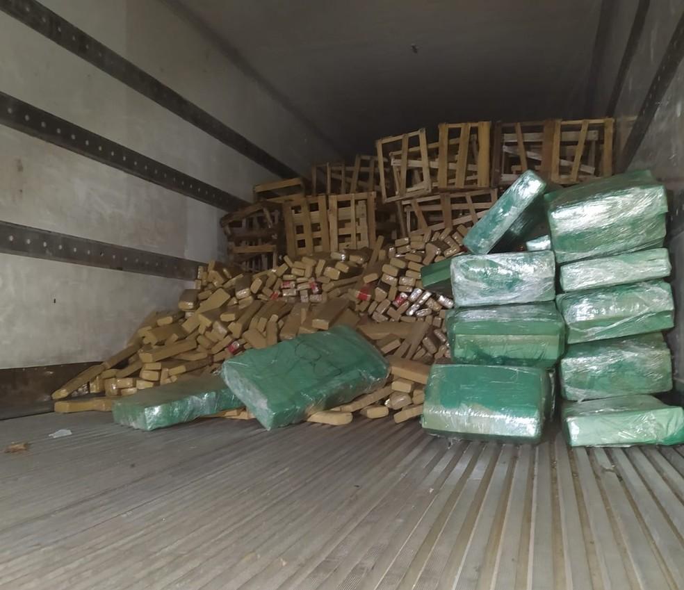 Policiais acharam droga escondida dentro de caminhão em depósito de MS — Foto: Polícia Militar/Divulgação