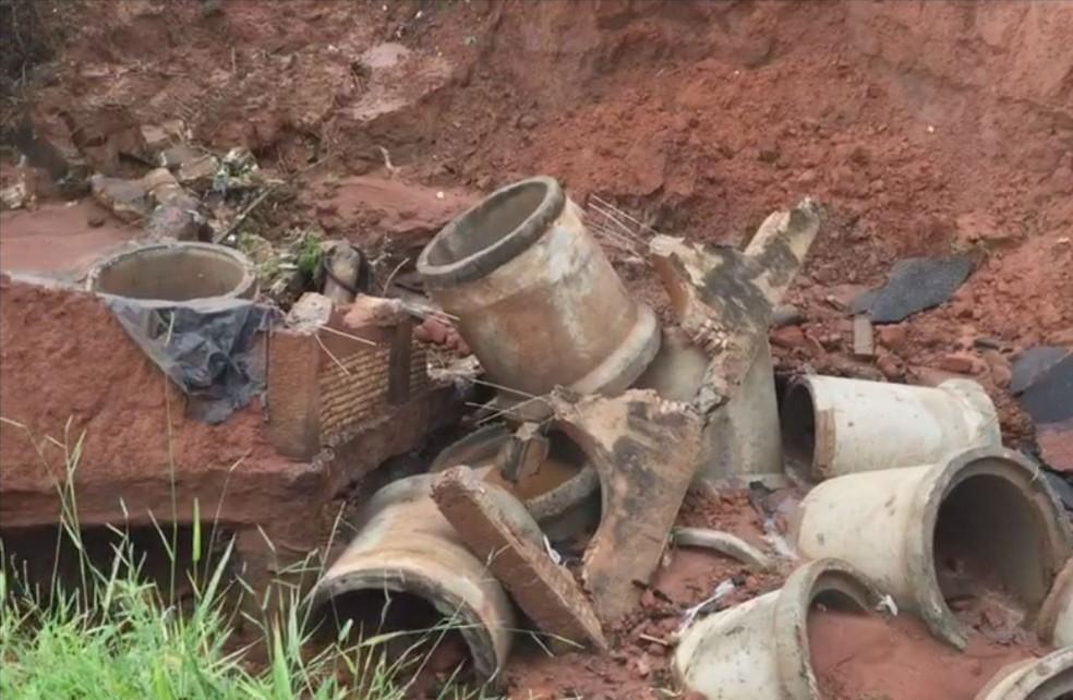 Força da água destruiu tubulação e barragem do local (Foto: Reprodução/TV TEM)