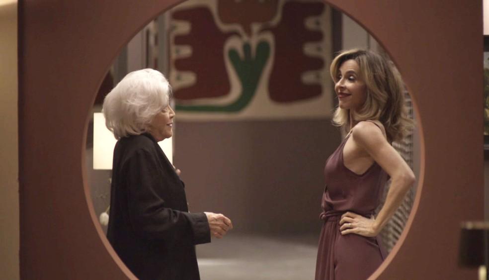 Feliz da vida, Lyris confessa para Gladys o que rolou na cozinha: 'Terceirizei'  — Foto: TV Globo