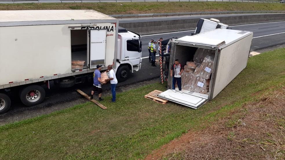 Caminhão roubado tombou na Rodovia Anhanguera (SP-330) em Valinhos (SP) — Foto: Helen Sacconi/EPTV