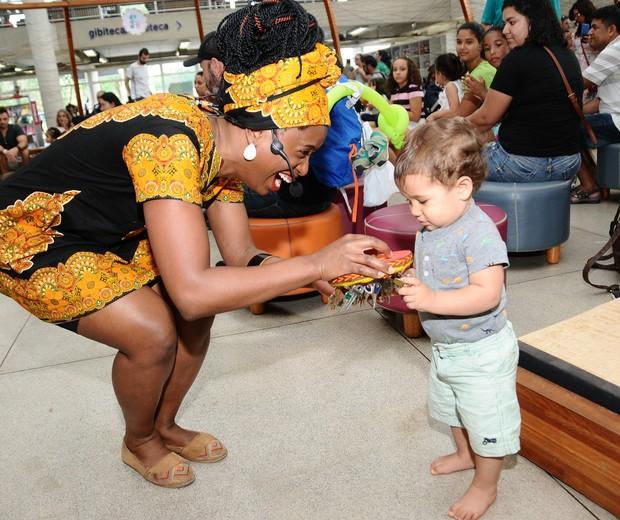 Mafuane apresenta o chaveiroeiro para o pequeno Vítor (Foto: Sylvia Gosztonyi)