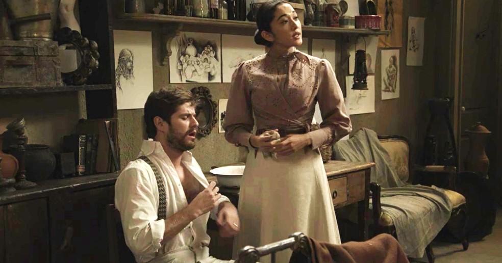 Camilo recebe atendimento médico. Mariko é sincera e diz que é melhor o moço ficar longe de confusão (Foto: TV Globo)