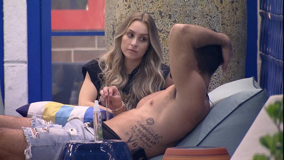 Carla Diaz conversa sobre Quarto Secreto com Arthur  — Foto: Globo