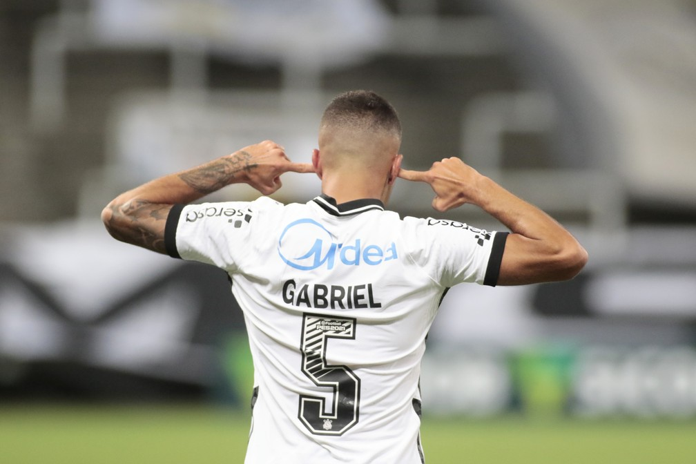 Entenda por que Gabriel, do Corinthians, comemorou gol com dedos nas orelhas