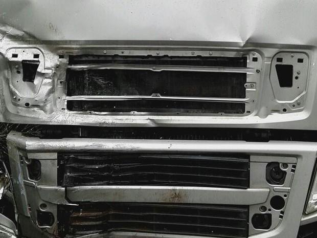 Frente do caminhão foi danificada com a força da colisão no Oeste de SC (Foto: PRF/Divulgação)