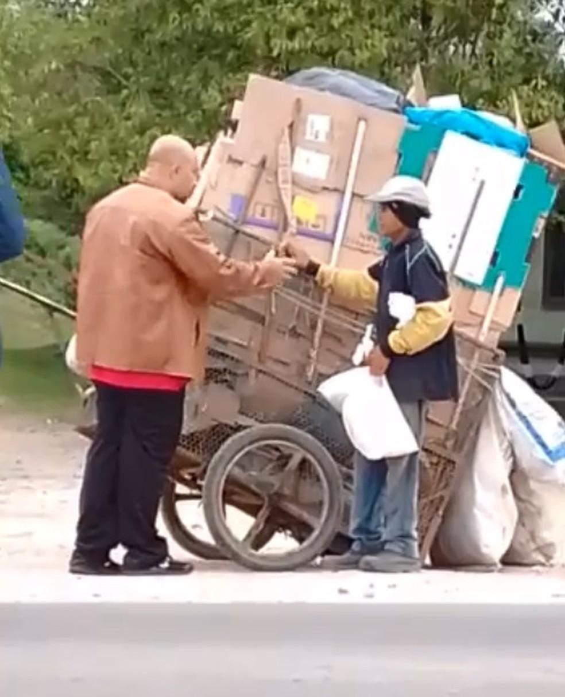 Sandro conversa com catador de reciclável durante uma de suas viagens — Foto: Arquivo Pessoal