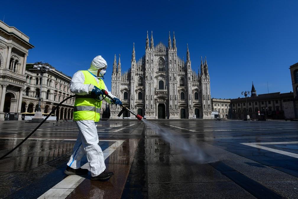 31 de março: agente desinfecta Praça do Domo, em Milão, contra a Covid-19, doença causada pelo novo coronavírus. Na data, o governo italiano anunciou que havia atingido o pico da pandemia no país. — Foto: Piero Cruciatti / AFP