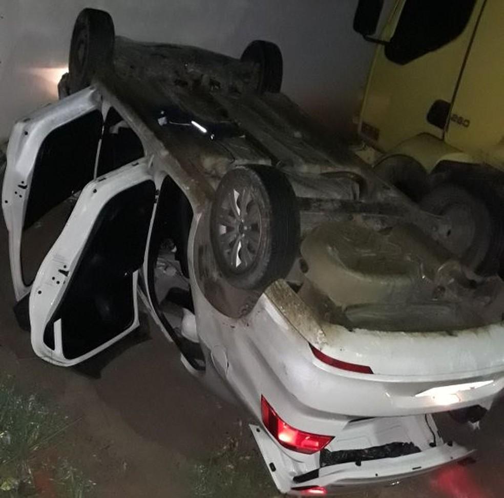 Um dos carros capotou durante a perseguição policial (Foto: Polícia Militar/Divulgação)
