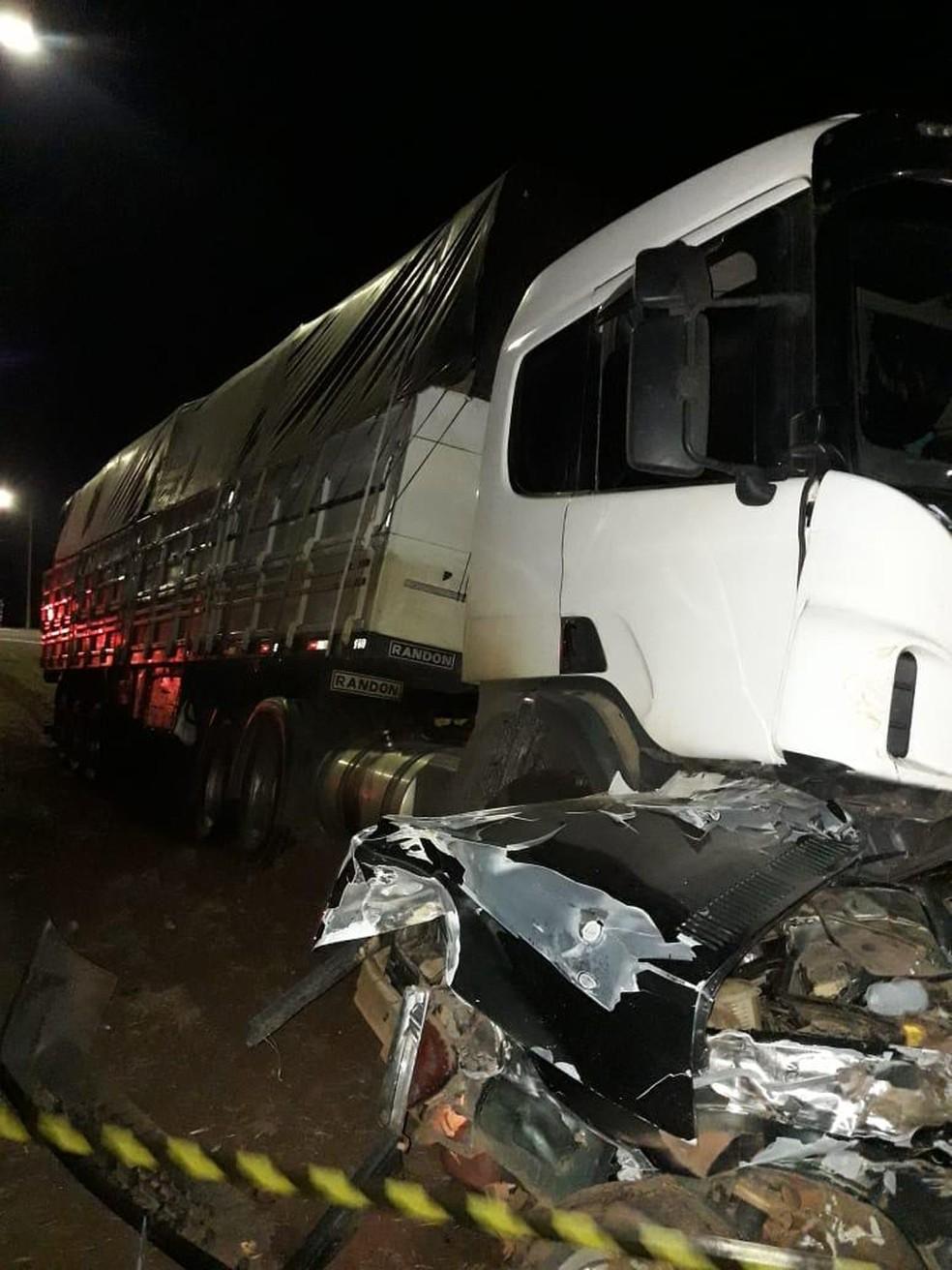 Carro envolvido no acidente com outras duas carretas ficou completamente destruído. — Foto: J. Serafim/Divulgação