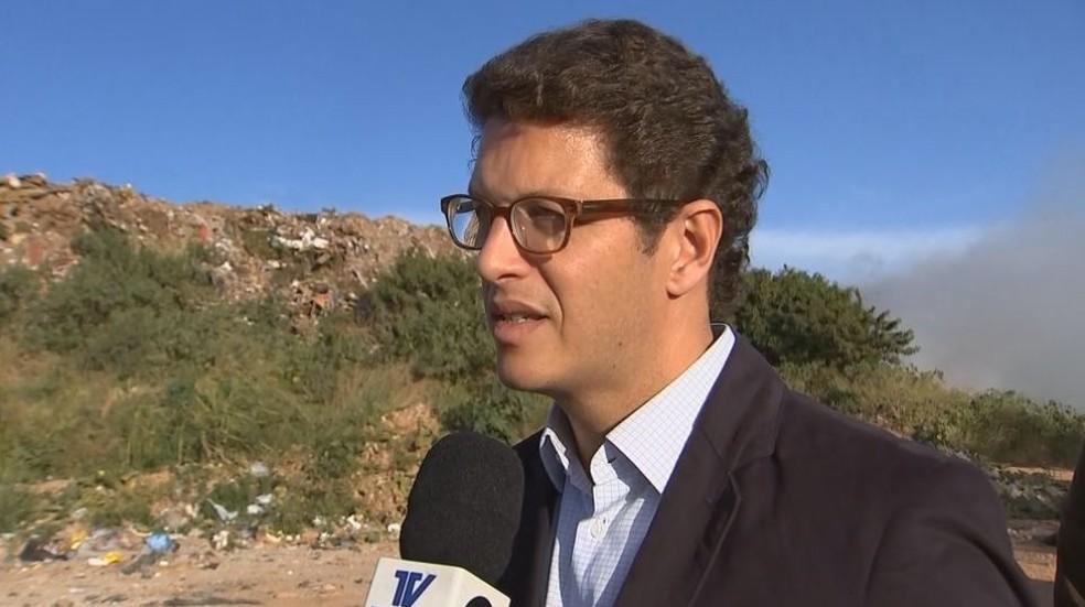 Ricardo Salles, secretário estadual do meio ambiente, veio até Marília conferir a situação — Foto: Reprodução / TV TEM