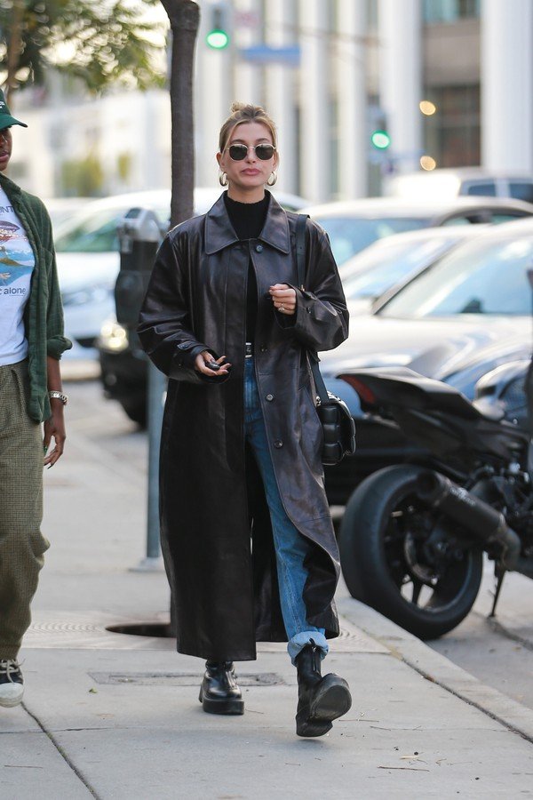 West Hollywood, Ca  - Hailey Bieber leaves a restaurant with her friend. Hailey looks trendy in a long trench coat and matching leather platform boots for the outing.Pictured: Hailey BieberBACKGRID USA 16 JANUARY 2020 USA: +1 310 798 9111 / us (Foto: Stoianov-lese / BACKGRID)