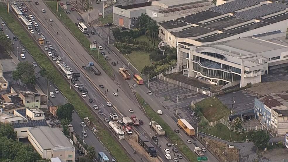 Congestionamento causado por acidente no Anel Rodoviário de Belo Horizonte, na Pampulha, nesta sexta-feira (5) — Foto: Reprodução/Globocop