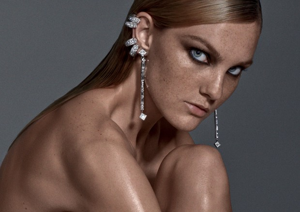 Carol Trentini com pele luminosa e com as sardas aparentes (Foto: Zee Nunes/Arquivo Vogue)