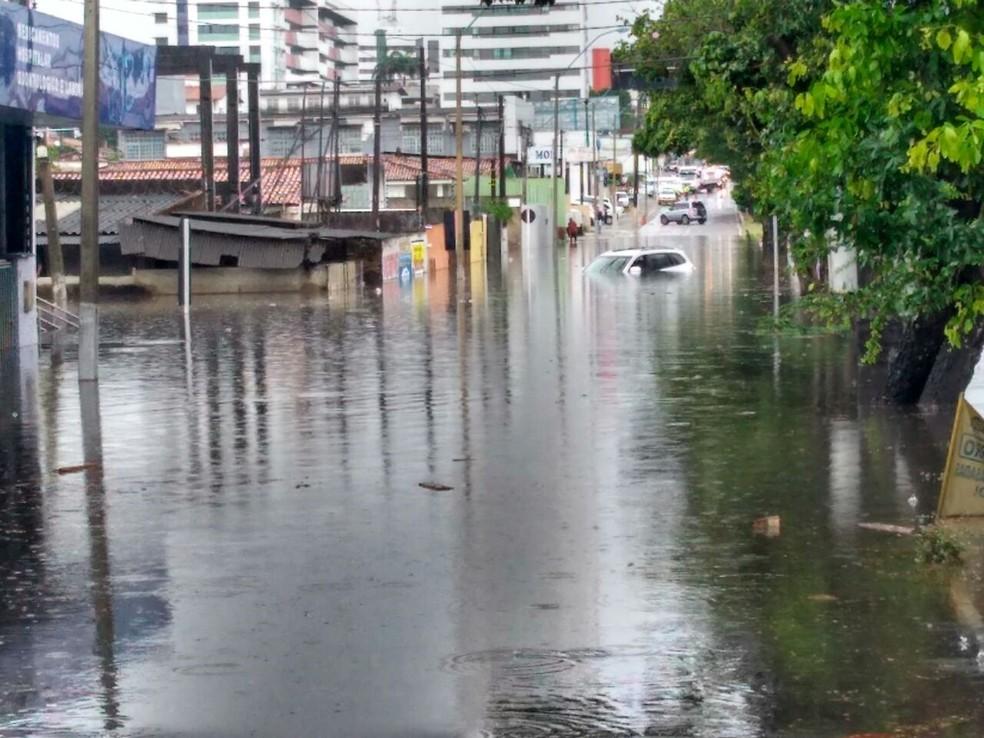 Avenida Mor Gouveia, em Natal, ficou alagada na manhã desta quinta (1º) após as chuvas (Foto: Marksuel Figueredo/Inter TV Cabugi)