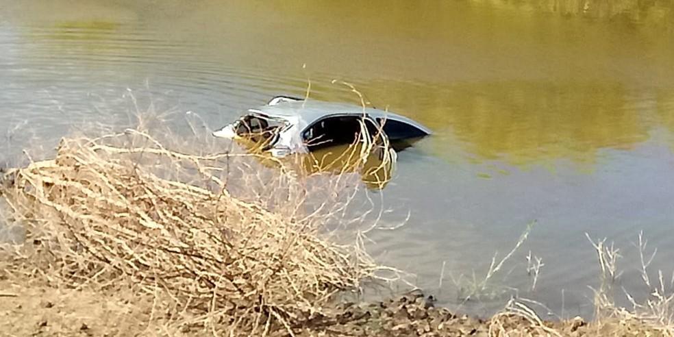 carro caiu em um açude às margens da RN-089, entre os municípios de Ouro Branco e Jardim do Seridó, no Rio Grande do Norte, na noite desta sexta (18) — Foto: Redes Sociais