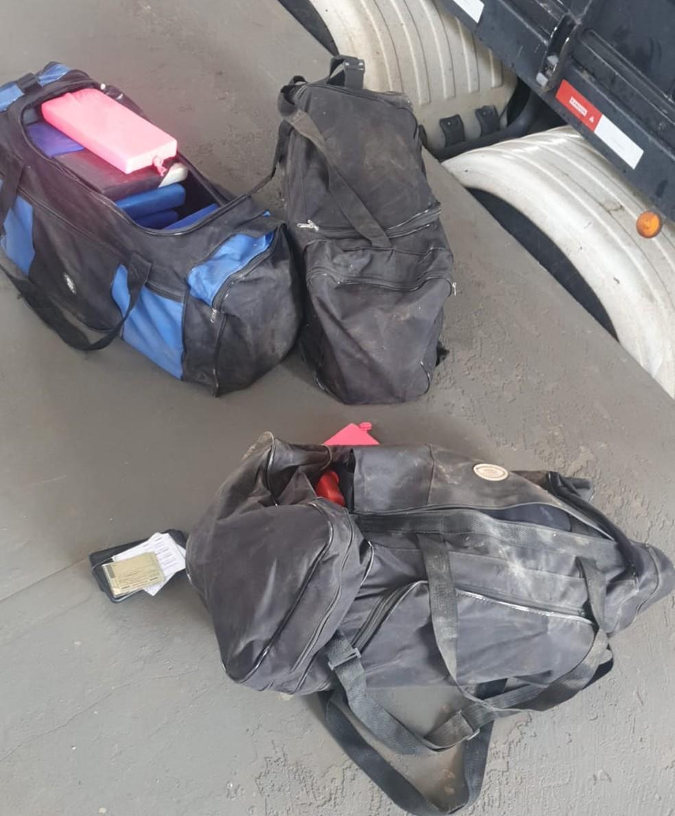 Drogas estavam dentro de malas em caminhão  — Foto: PRF/Divulgação