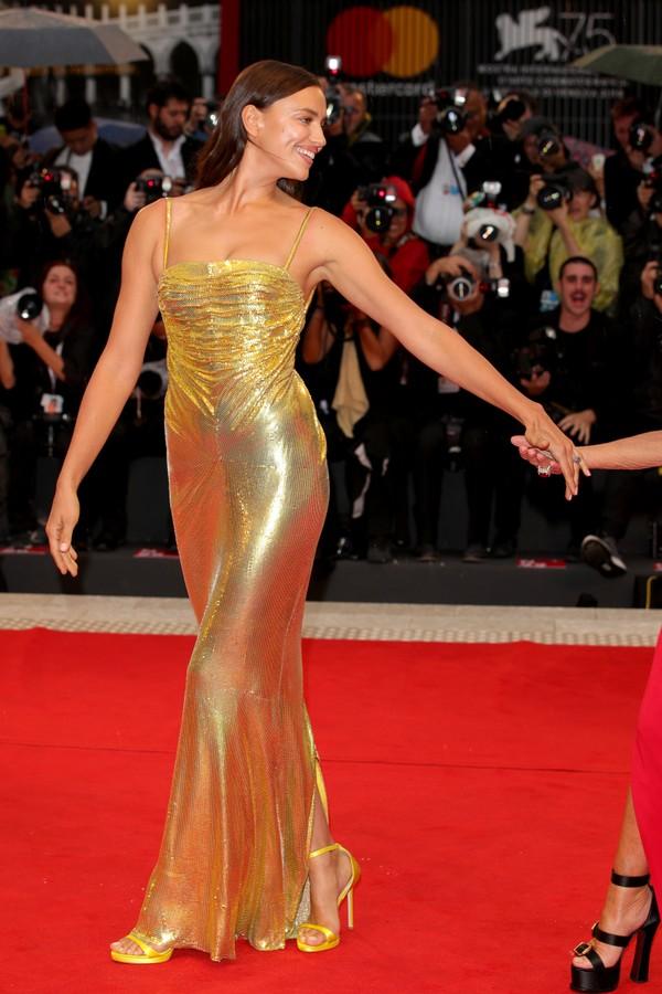 Irina Shayk veste Versace (Foto: Getty Images)