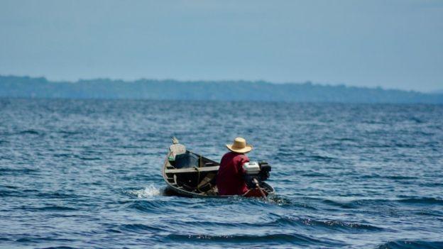 Em uma das crônicas de seu livro, Erik conta a história de um homem que viajou 18 horas em uma bajara (um barco como o da foto) para levar a mãe ao hospital (Foto: via BBC News Brasil)