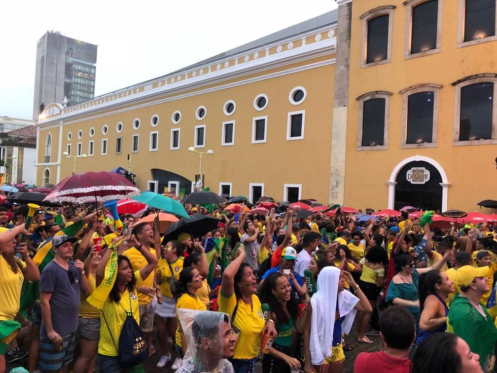 Sob chuva, torcedores comemoram classificação do Brasil para as oitavas de final da Copa do Mundo (Foto: Marina Meireles/G1 )