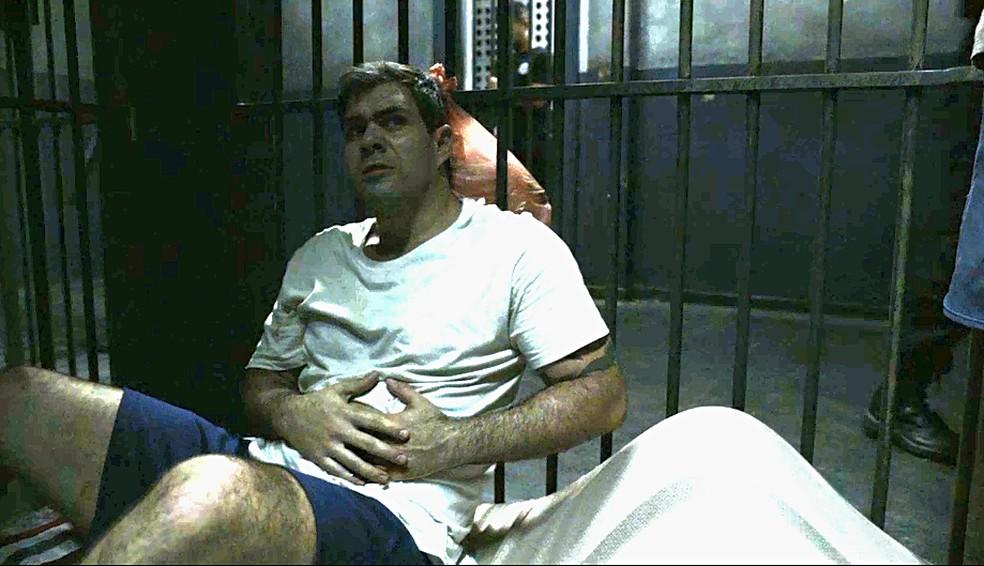 Magno (Juliano Cazarré) é socorrido depois de levar uma facada em 'Amor de Mãe' — Foto: Globo
