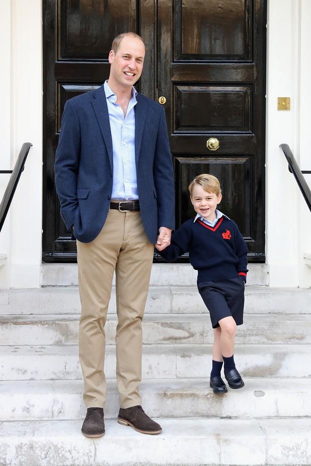 George alinhado com o uniforme preppy do colégio Thomas's Battersea (Foto: Getty Images)