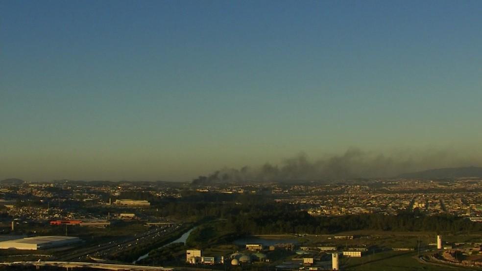Fumaça podia ser vista de longe (Foto: TV Globo/Reprodução)