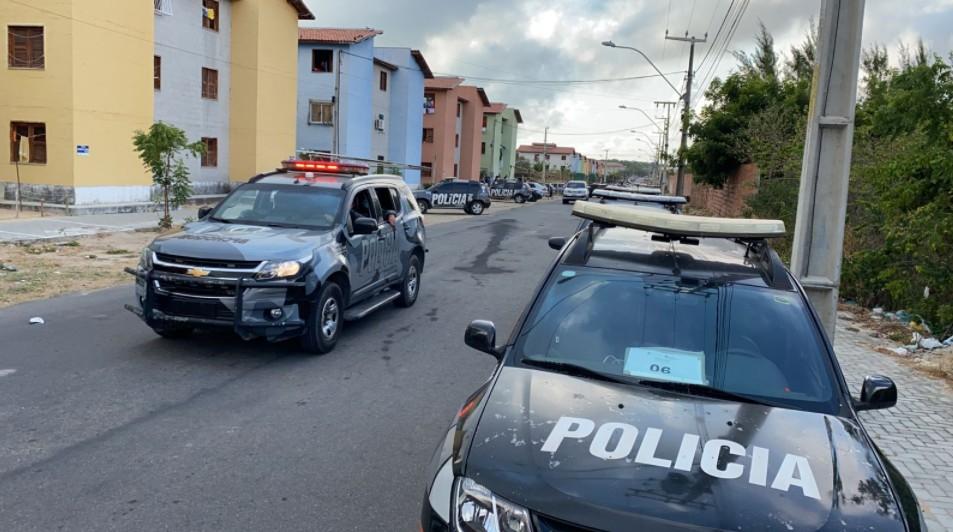 Operação da polícia vistoria 1.100 casas e cumpre mandados de busca e apreensão em residencial em Fortaleza