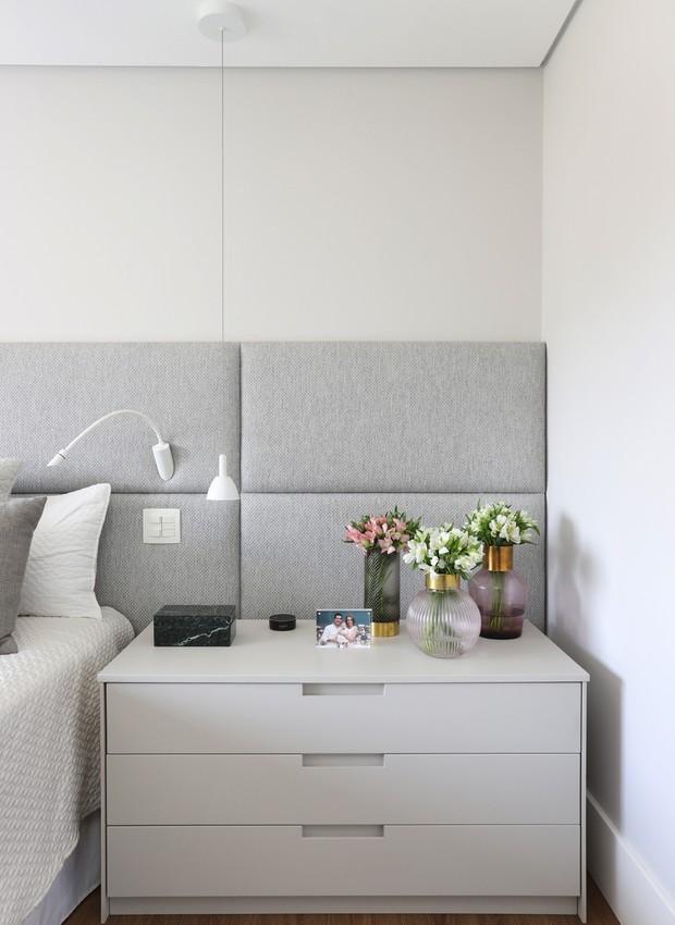 Quarto   Ao lado da cama, o criado mudo também é cinza e exibe pequenos arranjos de flores (Foto: Mariana Orsi/ Divulgação)