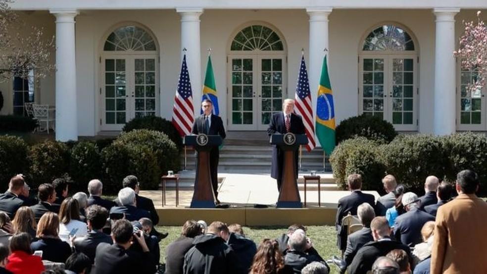 Bolsonaro e Trump em foto de março; dados mostram que abraços e apertos de mão entre presidentes não se converteram em aumento de investimentos ou negócios entre os dois países — Foto: ALAN SANTOS/PRESIDÊNCIA DA REPÚBLICA