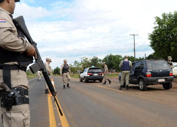 Segurança foi reforçada neste sábado (16) na região de confronto que deixou ao menos 18 mortos no Paraguai (Foto: Norberto Duarte / AFP)