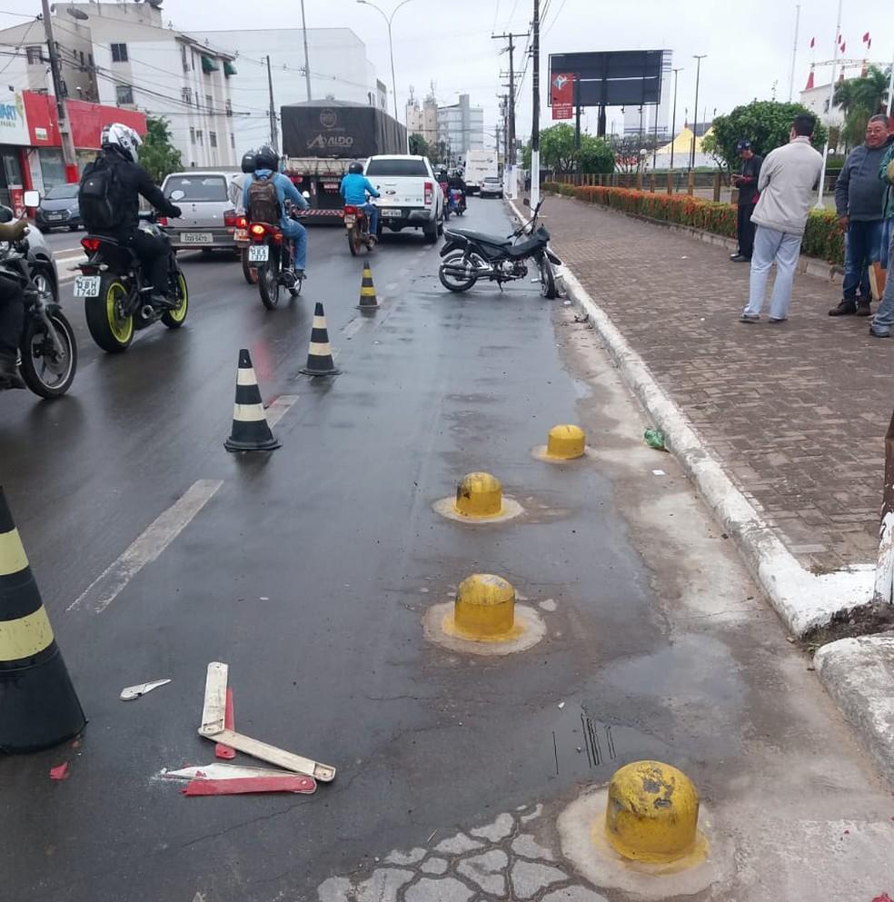 Jovem de 18 anos morreu na manhã desta terça-feira (5) na Avenida Presidente Artur Bernardes, no Jardim Aeroporto, em Várzea Grande (Foto: Deletran)