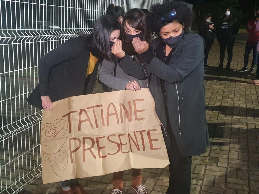 Amigas de Tatiane Spitzner aguardam a leitura da sentença do lado de fora do fórum, em Guarapuava — Foto: Wilson Kirsche/RPC